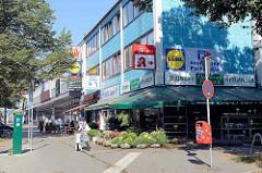 Einkaufsstraße  Fuhlsbütteler Straße / Fuhle in Hamburg Barmbek Nord; Einzelhandelsgeschäfte und Supermärkte.