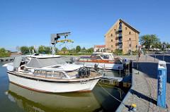 Stadthafen von Neustrelitz - Sportboote am Steg / Sammelstromanschluss, der mit Münzen betrieben wird.