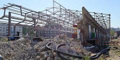 Restaurierungsarbeiten an einer der Hallenanlagen mit Eisendachkonstruktion des ehemaligen Güterbahnhofs.
