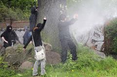 Ein wenig Wasser kann uns doch nicht erschrecken - Wasserwerfereinsatz, Demonstration in Hamburg Barmbek.