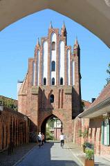 Haupttor und Zollhaus - Stargadener Tor in Neubrandenburg - erbaut in der ersten Hälfte des 14. Jahrhunderts - norddeutsche Backsteingotik.