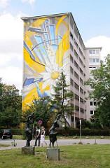 Hochhaus am Billhorner Röhrendamm Ecke Lindleystrasse. Die Fassade des Wohnhauses ist 2008 von den Künstlern Gerrit Peters, Heiko Zahlmann und Mirko Reisser,