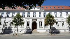 Klassizistisches Schulgebäude in Neustrelitz - Inschrift über der Tür: der sittlichen und wissenschaftlichen Bildung der Jugend von Carl.
