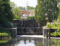 Blick zur Schleuse am Veringkanal; die alte Schleuse mit den Holztoren wurde 1896 errichtet und 2008 restauriert.
