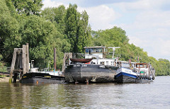 Am Liegeplatz für Binnenschiffe am Ufer der Süderelbe Finkenriek, Stillhorn haben zwei Binnenschiffe fest gemacht.