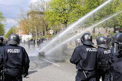 Polizeieinsatz in Hamburg - eine mächtige Straßenblockade wird aufgelöst, der WaWe Wagenführer übt Zielschiessen.