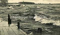 Alte Fotografie von der Müritz bei Waren - Wellen mit Gischt. Die Müritz ist Norddeutschlands grösster Binnensee - und gehört zur Mecklenburgischen Seenplatte. Ihre Nord-Süd-Ausdehnung beträgt etwa 20 km, in Ost-West-Richtung sind es etwa 12 km.