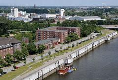 Blick über den Müggenburger Zollhafen zum Gewerbe- und Industriegebiet auf der Peute. Am oberen Bildrand lks. der Wasserturm von Rotenburgsort.