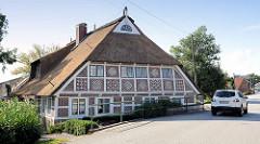 Front  eines restaurierten Fachwerkgebäudes / Bauernhauses  direktam Kirchwerderhausdeich in Hamburg Kirchwerder.