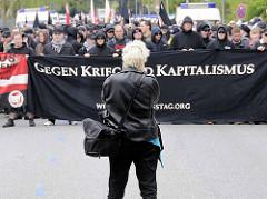 Schwarzer Block - Gegen Krieg und Kapitalismus - Fotografin bei der Arbeit; Demonstration in HH-Barmbek.