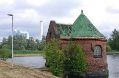 1518_4620  1518_4620  Schieberhäuschen am Feinfilterbecken auf Kaltehofe - Birken wachsen aus dem Fundament des turmartigen Ziegelgebäude.