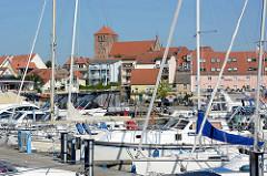 Marina / Sportboothafen  von Waren / Müritz; im Hintergrund die St. Georgen Kirche.