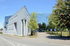 Moderne Glasarchitektur - Verwaltungsgebäude der AOK in Neubrandenburg.