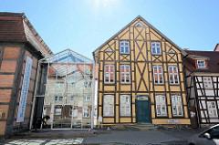 Glasneubau, Foyer und Café vom Schauspielhaus Neubrandenburg - hist. Fachwerkhaus / Greve Haus.
