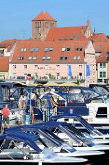 Marina / Stadthafen von Waren / Müritz; Motorboote mit Sonnenschutz / Bimini.