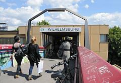 Eingang zur S-Bahn-Haltestelle Wilhelmsburg; es ist geplant, den Bahnhof und die Zugänge zu renovieren und umzubauen.