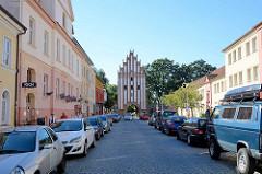 Stadtseite vom Stargadener Tor in Neubrandenburg - erbaut in der ersten Hälfte des 14. Jahrhunderts - norddeutsche Backsteingotik.