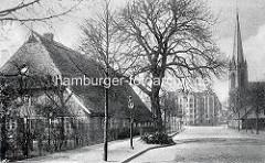 Historische Aufnahme vom Barmbeker Marktplatz - Links das letzte Bauernhaus des Hamburger Stadtteils, im Hintergrund neugebaute Gründerzeitwohnblocks.