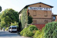 Altes Speichergebäude, Speicher Nr. 1 - Backsteinarchitektur, Fassade mit Wein bewachsen - jetzt Nutzung für Ferienwohnungen.