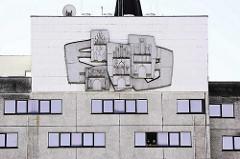Wandrelief Fassade Radisson Blu Hotel Neubrandenburg. Wanddekor - stilisierte Stadttore von Neubrandenburg - Künstler Gerd Werner.