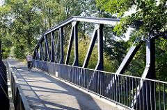 Fußgänger-  und Fahrradbrücke / Achterdiekbrücke über die Gooseelbe in Hamburg Kirchwerder.