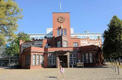 Das Eingangsgebäude der Margarinefabrik Voss ist der verbliebene Teil einer ab 1910 errichteten Fabrik in Hamburg Barmbek-Nord.
