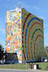 Buntes Hochhaus, Feldstraße in Neubrandenburg. Bürohochhaus / Verwaltungsgebäude mit farbenfroher Fassadengestaltung.