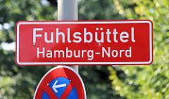 Rotes Ortsschild Fuhlsbüttel Hamburg Nord, roter Grund mit weißer Schrift.
