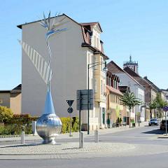 Kreisverkehr in Neustrelitz - Metallskulptur, Vogel auf Erdball.