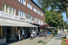 Ladenzeile am Kleekamp in Hamburg Fuhlsbüttel gegenüber  der U-Bahn-Haltestelle; zweistöckige Architektur der 1960 er Jahre.