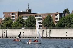 Schüler und Schülerinnen der Schule Slomanstieg können auf dem Wasser des Müggenburger Zollhafens das Segeln lernen.
