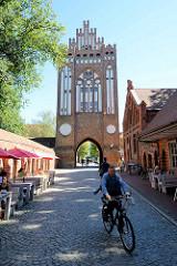 Historische Architektur Neubrandenburgs. Das Treptower Tor in Neubrandenburg wurde Mitte des 14. Jahrhunderts  errichtet.