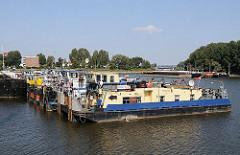 Mehrere Schubschiffe liegen nebeneinander im Peute Hafen. Als Schubboot, auch Schuber / Schieber genannt, bezeichnet man ein Schiff in der Binnenschifffahrt.