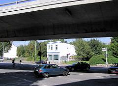 Blick unter die Barmbeker Ringbrücke zum einsamen Haus an der Fuhlsbütteler Straße 284.