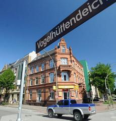 Backstein-Wohnhaus im Stil der Gründerzeit am Wilhelmsburger Vogelhüttendeich. Hamburger Strassenschild mit Strassennamen.