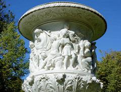 Marmorkopie einer Vase von Friedrich Drake im Neustrelitzer Schlosspark; Friedrich Drake war ein deutscher Bildhauer.