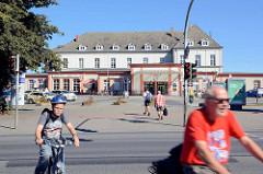 Blick vom Friedrich Engels Ring zum Empfangsgebäude vom Bahnhof Neubrandenburg.