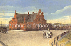 Ansicht des historischen Bahnhof Wilhelmsburg ca. 1910 - vor dem Backsteingebäude mit Giebeln steht ein Pferdewagen.