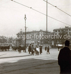 Altes Bild vom Hamburger Rathausmarkt - Droschken stehen auf dem Platz, links im Hintergrund das Kaiser Wilhelm Denkmal.