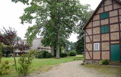 Reetdachhaus mit Fachwerkscheune im alten Ortskern von Maschen..