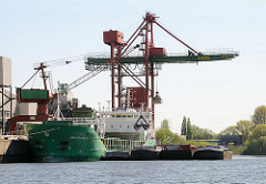 Am Reiherstiegkai der der HaBeMa Futtermittelmühle in Hamburg Wilhelmsburg liegt der Massengutfrachter ARKLOW RAVEN.