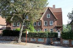 Mehrstöckiges Wohnhaus mit Ziegelfassade,  symmetrisch angeordnete Risalite mit Spitzgiebel / Kleekamp in Hamburg Fuhlsbüttel.