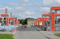 Das 145m lange Sperrwerk an der Billwerder Bucht zur Elbe wurde 2003 erneuert und auf eine neue Schutzhöhe von +8,20 m erhöht.