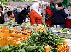 Der Wochenmarkt auf dem Wilhelmsburger Stübenplatz findet Mittwochs und Sonnabends statt. In Kisten werden die einzelnen Gemüsesorten angeboten.