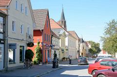 Geschäftsstraße mit Läden - Turmstraße in Neubrandenburg, im Hintergrund die ehemalige Marienkirche - 2001 profaniert.