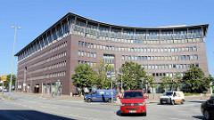 Modernes Verwaltungsgebäude - u. a. Sitz vom Finanzamt Hamburg Altona - an der Holstenstraße von Hamburg Altona Nord.