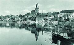 Altes Bild von Waren an der Müritz - Wohnhäuser / Gewerbe am Seeufer, St. Marienkirche / Ruderboot im Schilf.
