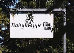 Hinweisschild zur Babyklappe in Hamburg-Kirchdorf, Schönefelder Strasse. Mütter können dort anonym ihr Neugeborenes abgeben.