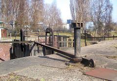 Die alte Veringkanal-Schleuse wurde 1896 errichtet und wird von Hand betrieben - Zustand vor der Restaurierung, die 2008 stattfand.