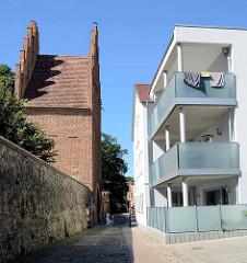 Stadtbefestigung von Neubrandenburg - Stadtmauer und Stargadener Tor - historische + moderne Archtiektur, Neu + Alt.